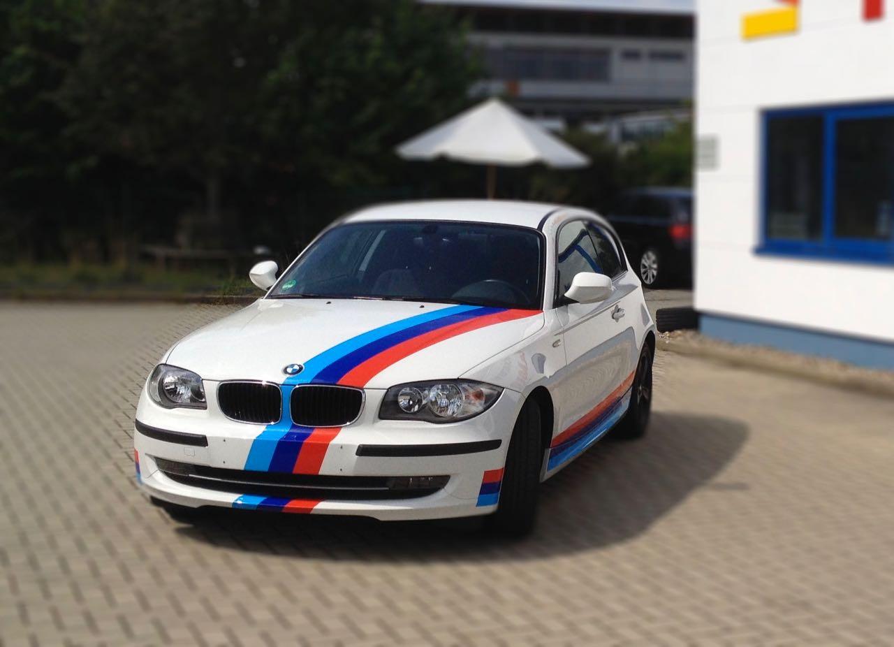 BMW mit M-Streifen